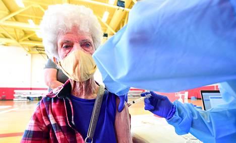 Coronan kaupungissa Kaliforniassa asuva 89-vuotias Beverly Goad sai koronarokotteen viime viikon perjantaina.