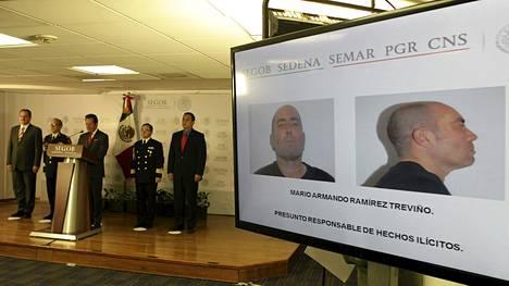 Meksikon sisäministeriön tiedotustilaisuudessa esiteltiin elokuussa pidätetyn huumekartellin johtajan Mario Ramirez Trevinon kuvaa.