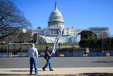 Presidentti Donald Trumpin virkarikossyytettä vaativa mielenosoittaja marssi Kongressitalon edustalla Washingtonissa lauantaina.