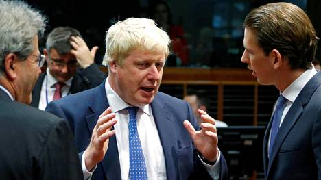 Britannian uusi ulkoministeri Boris Johnson keskusteli Itävallan ulkoministeri Sebastian Kurzin (oik.) ja Italian ulkoministeri Paolo Gentilonin kanssa Euroopan ulkoministerien kokouksessa Brysselissä maanantaina.