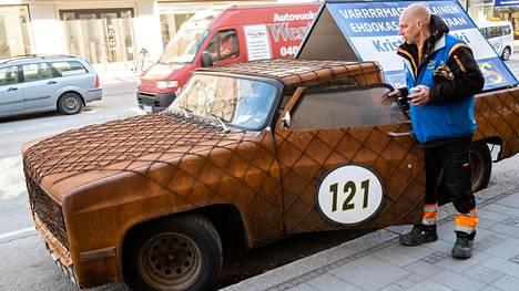 Kouvolasta eduskuntaan pyrkivän perussuomalaisen Kristian Sheikki Laakson vetonaula on itse koristeltu vuosimallin 1982 Chevrolet Scottsdale.