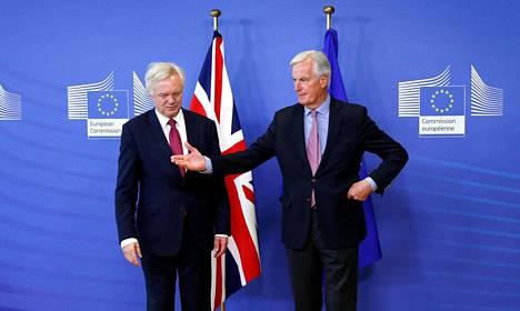 Euroopan komission ranskalainen pääneuvottelija Michel Barnier (oik.) toivotti Britannian brexit-ministerin David Davisin maanantaina tervetulleeksi Brysseliin.