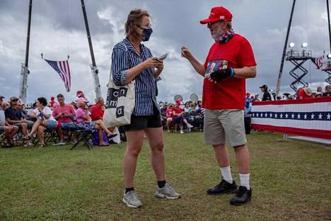 HS:n Yhdysvaltain-kirjeenvaihtaja Anna-Sofia Berner haastatteli Donald Trumpin kannattajaa maan suurimmassa eläkeläisyhteisössä Floridassa lokakuussa. Mies uskoi Yhdysvaltain tekevän itsemurhan, jos Joe Biden valitaan presidentiksi.