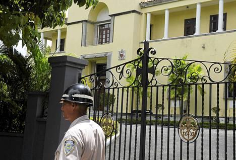 Poliisi partioi Dominikaanisessa tasavallassa virastaan pidätetyn arkkipiispan toimiston edustalla eilen keskiviikkona.