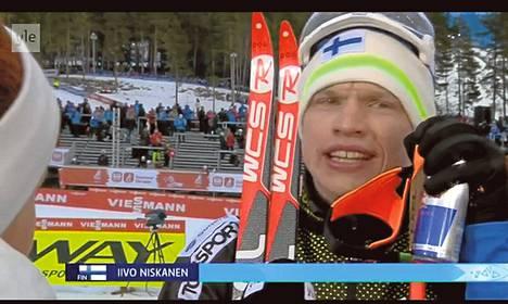 Iivo Niskanen piti juomatölkin hyvin näkyvillä YLE:n kisahaastattelussa.