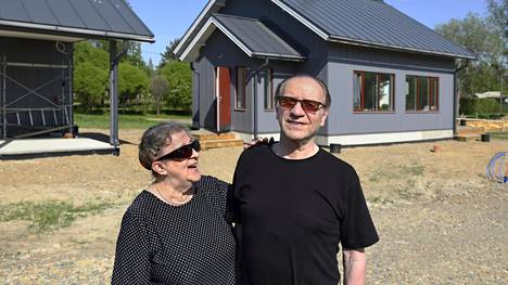 Anna-Liisa ja Timo Saarinen uuden mummonmökkinsä edessä. Kuvat on otettu toukokuussa 2019.