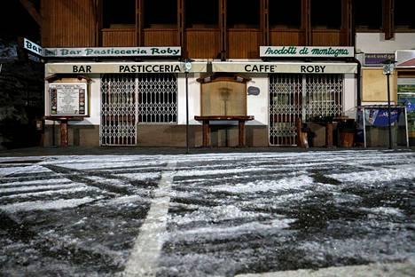 Koronavirusrajoitusten vuoksi suljetun baarin ovet olivat säpissä keskiviikkona Italian Folgaridassa, missä odotellaan hallituksen päätöksiä siitä, koska hiihtokeskukset saavat jatkaa toimintaansa.