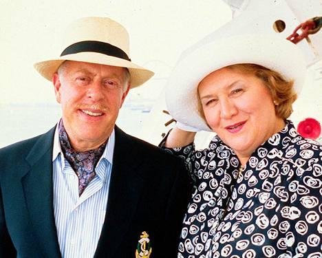 Clive Swift näytteli Richard Bucketia Pokka pitää -televisiosarjassa. Vierellä Hyacinth Bucketia esittänyt Patricia Routledge.