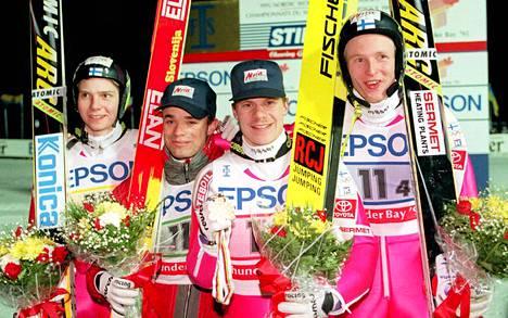 Janne Ahonen, Jani Soininen, Ari-Pekka Nikkola ja Mika Laitinen juhlivat MM-kisojen joukkuemäen kultaa vuonna 1995