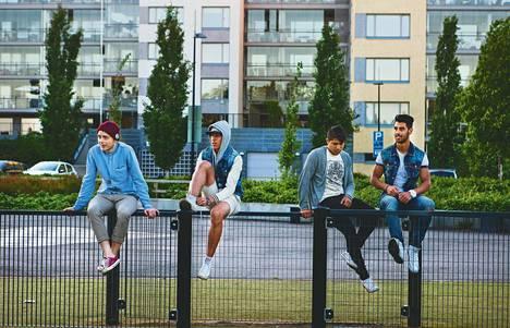 Sander, Hangan, Faisal ja Farhad seuraavat kaverien koripallopeliä Uutelan kanavan vieressä. Jos pallo lentää kanavaan, syyllinen saa rangaistuspotkun takapuoleensa.