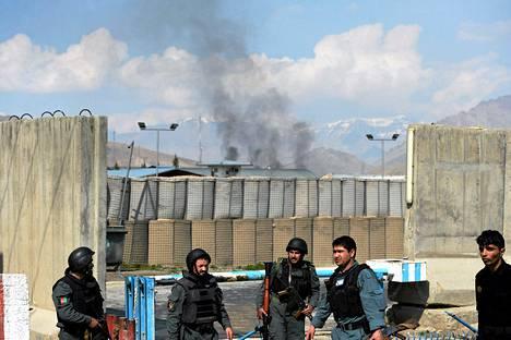 Savu leijui vaalilautakunnan päämajan yllä Kabulissa lauantaina.