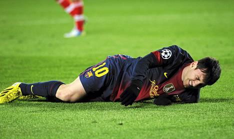 FC Barcelonan Lionel Messi väänsi polvensa läpiajotilanteessa ottelussa SL Benficaa vastaan keskiviikkona.