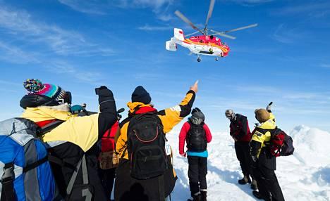 Kiinalaisen jäänmurtajan helikopteri haki Etelämantereella jäihin jääneen tutkimusaluksen matkustajat torstaina. Suomalaisvalmisteinen venäläisalus kestänee jäiden puristuksen.
