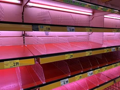 Ruokakauppojen hyllyt ovat tyhjentyneet Saksan Stuttgardissa.