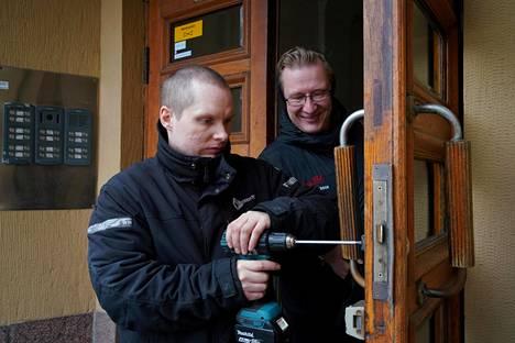 Helsingin Kruununhaassa olevan talon lukoista osa on yli 100 vuotta vanhoja. Nyt Henry Kolu asentaa niiden tilalle Abloyn digitaaliset Pulse-lukot. Isännöitsijä Jouko Ahonen katsoo.
