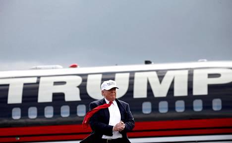 Presidenttiehdokas Donald Trump saapui yksityiskoneellaan kampanjoimaan Floridan Lakelandiin lokakuussa 2016.