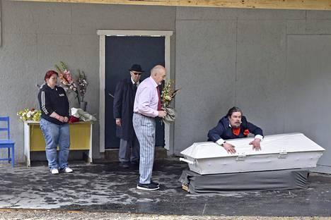 Tarmo Kalmarin esittämä gangsteri suhtautuu kummallisen suojelevasti isänsä arkkua kohtaan. Seppo Riippi, Jaakko Hallivuori ja Mirja-Tiina Antila seuraavat tilannetta ihmetellen.