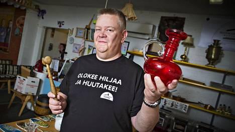 Aki Palsamäki suosittelee tarkistamaan ostettavaan tavaran kunnon tarkkaan – pienikin nirhauma voi romauttaa arvon.