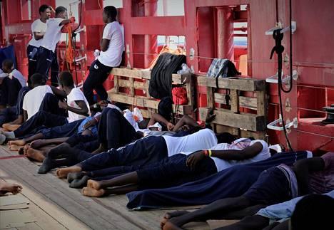 Siirtolaisia Ocean Viking -aluksella elokuussa.