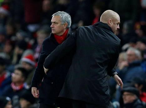 Jose Mourinho ja ja Burnleyn manageri Sean Dyche kättelivät pikaisesti Tapaninpäivän ottelun jälkeen.