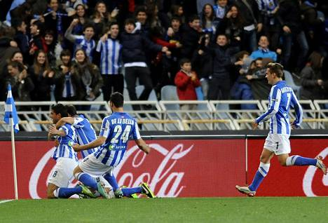 Real Sociedadin pelaajat juhlivat Gonzalo Castron tekemää 2–2-tasoitusta.
