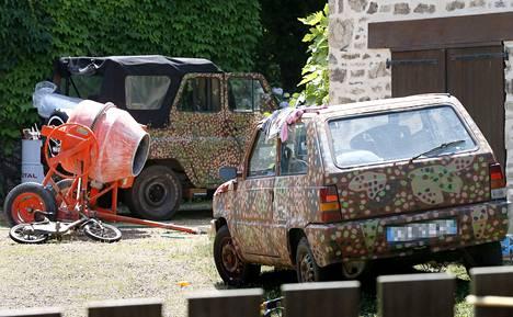 Varg Vikernesin perheen talo sijaitsee Salon-la-Tourin kylässä Keski-Ranskassa lähellä Limogesin kaupunkia. Kuvan välittänyt uutistoimisto on sumentanut auton rekisterinumeron.