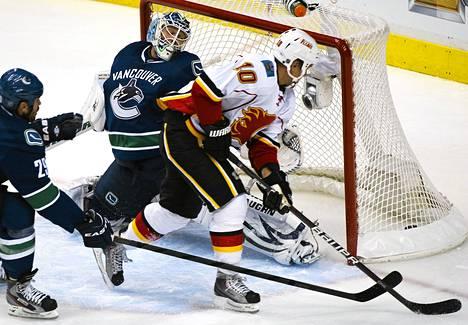 Calgaryn Niklas Hagman viimeisteli kaksi osumaa Vancouverin maalivahdin Cory Schneiderin taakse NHL:n harjoitusottelussa.