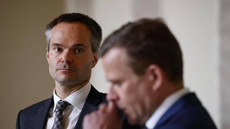 Kokoomuksen eduskuntaryhmän johtaja Kai Mykkänen (vas.) ja puolueen puheenjohtaja Petteri Orpo puhuivat toimittajille eduskunnassa torstaina.