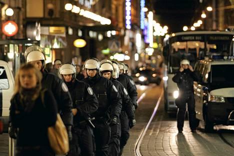 Mellakkapoliisit sulkivat Mannerheimintien Smash Asem -mielenosoituksen takia syyskuussa 2006. Poliisin toiminnasta mielenosoituksessa jätettiin eduskunnan oikeusasiamiehelle yli 50 kantelua.