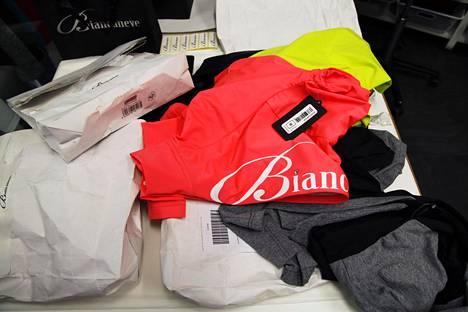 Asiakkaiden Biancanevelle palauttamia vaatteita.