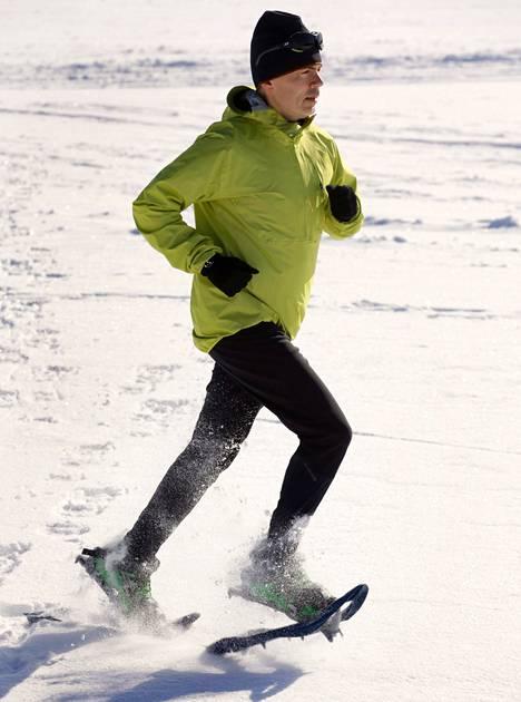 """""""Suhtautumiseni asioihin lähtee onnistumisesta"""", Jukka Viljanen sanoo. Viljanen valmistautui Grönlannin halki juoksemiseen Espoossa meren jäällä perjantaina. Viikonloppuna hän nukkui ulkona makuupussissa."""