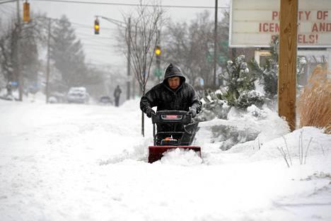 Mies siivosi lumimyrskyn jälkiä viikonloppuna Winthropissa Massachusettsin osavaltiossa.