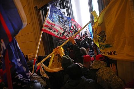 Joukko Donald Trumpin kannattajia ryntäsi sisään kongressitaloon Washingtonissa.