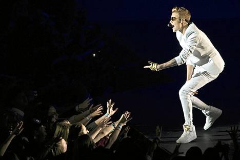 Justin Bieber lavalla ensimmäisellä Lontoon-keikallaan maanantaina.