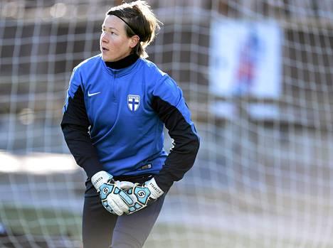 Tinja-Riikka Korpela naisten jalkapallon maajoukkueen harjoituksissa Helsingissä 9. huhtikuuta 2014.