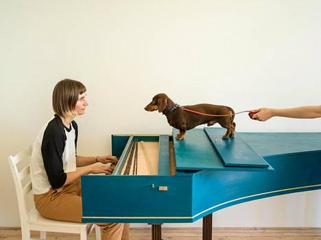 Elina Brotherus soittaa cembaloa Marcello-mäyräkoiralleen teoksessa Flux Harpsichord Concert (2017).