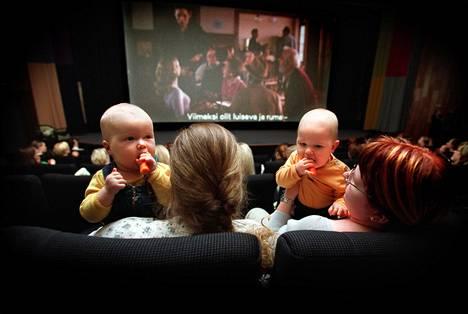 Vauvakinot tulivat Suomeen vuonna 2001. Päiväsaikaan pidettäviin erikoisnäytöksiin voivat äidit tulla yhdessä pienten lastensa kanssa.