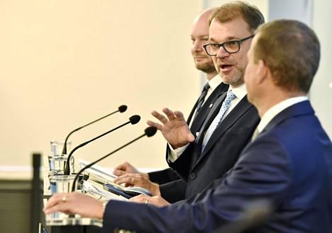 Hallituspuolueiden puheenjohtajat, eurooppaministeri Sampo Terho (sin), pääministeri Juha Sipilä (kesk) ja valtiovarainministeri Petteri Orpo (kok) ihmettelivät itsekin, kuinka näpsäkästi budjettiehdotus taas valmistui.