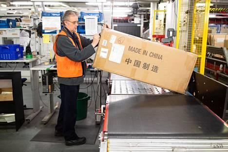 Postivirkailija Markku Hytönen käsitteli Kiinasta saapunutta sellopakettia toukokuussa 2019. Lentopostin tullauksessa käsitellään valtava määrä paketteja ja kirjeitä.