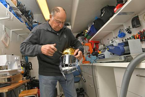 Rauman Lukon huoltaja Seppo Hurme tutussa paikassa joukkueensa huoltokopissa korjaamassa luistimia ja kypäröitä.
