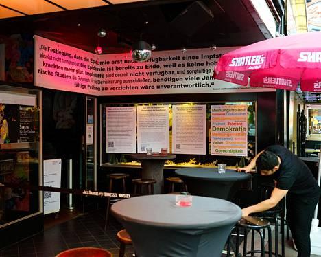 Große Freiheit 36:n terassin ympäristö on tapetoitu propagandajulisteilla, joissa kyseenalaistetaan koronavirusrajoitukset.