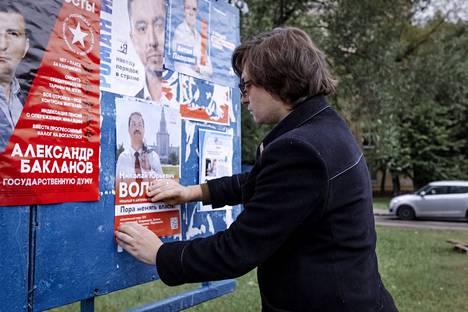 Oleg Bulajev kiinnittää ehdokkaansa vaalimainosta ilmoitustauluun Etelä-Moskovassa.
