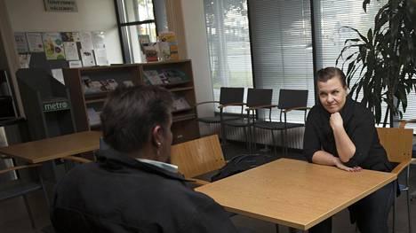 Tukikohdan projektivastaava Miia Piho keskustelee Mikan kanssa Haartmanin sairaalassa.