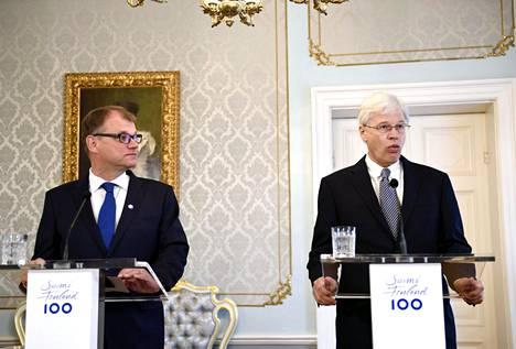 Pääministeri Juha Sipilä (vas.) kertoi tiistaiaamuna tiedotustilaisuudessa uudesta taloustieteen tutkimusyksiköstä. Mukana oli myös talouden Nobel-palkinnon viime vuonna voittanut Massachusetts Institute of Technologyn (MIT) professori Bengt Holmström.