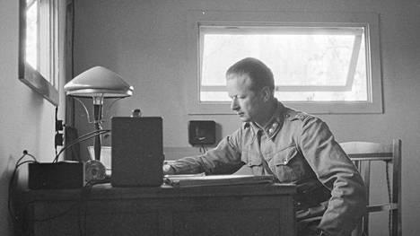 Gustaf Magnusson työhuoneessaan kesäkuussa 1942.