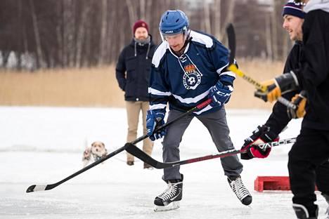 Pipolätkää oli lauantaina Helsingin Töölönlahdella pelaamassa myös presidentti Sauli Niinistö.
