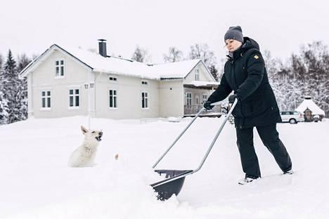 Haaparantalainen Hanna Kunnari ja Sheena-koira tekivät lumitöitä kotipihallaan tiistaina.