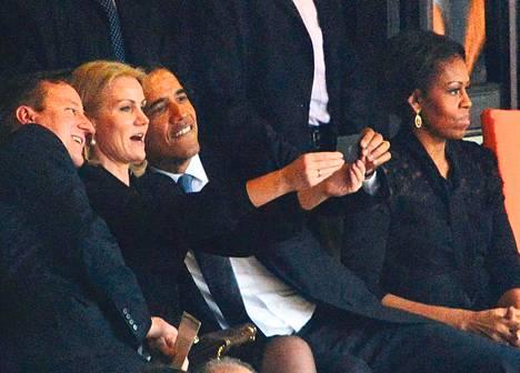 Britannian pääministeri David Cameron (vas.), Tanskan pääministeri Helle Thorning-Schmidt ja Yhdysvaltain presidentti Barack Obama kuvaavat itseään Nelson Mandelan muistotilaisuudessa.
