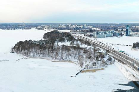 Karhusaari sijaitsee Espoossa Länsiväylän varrella, Helsingistä päin tultaessa vasemmalla puolella. Etualalla oikealla on Sinebrychoffin huvila.