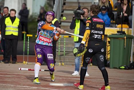 Sotkamon Roope Korhonen takoi juoksuja Janne Kivipellon syötöistä toisessa pesäpallon loppuottelussa.